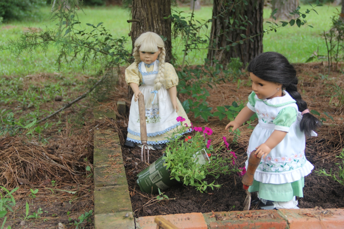 Dolls in the garden. A gardening adventure by stitching with Elli