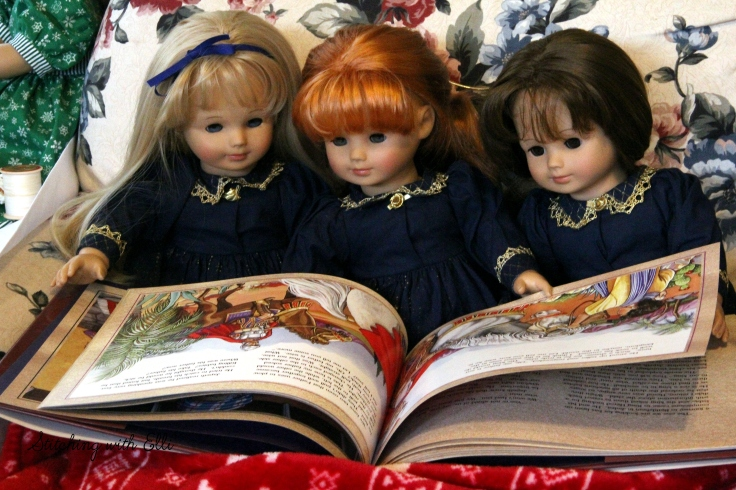 The dolls are reading another Christmas story- By stitching with Elli