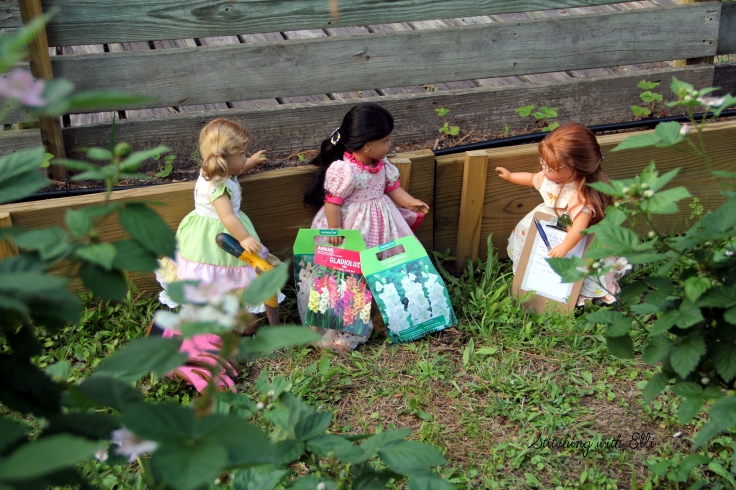 Stitchingwithelli.com The dolls are hard at work planting bulbs!
