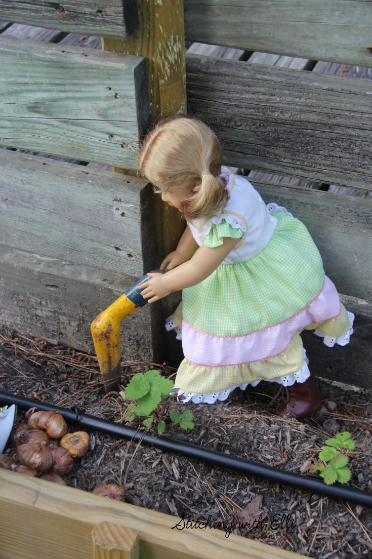 stitchingwithelli.com -The dolls are gardening