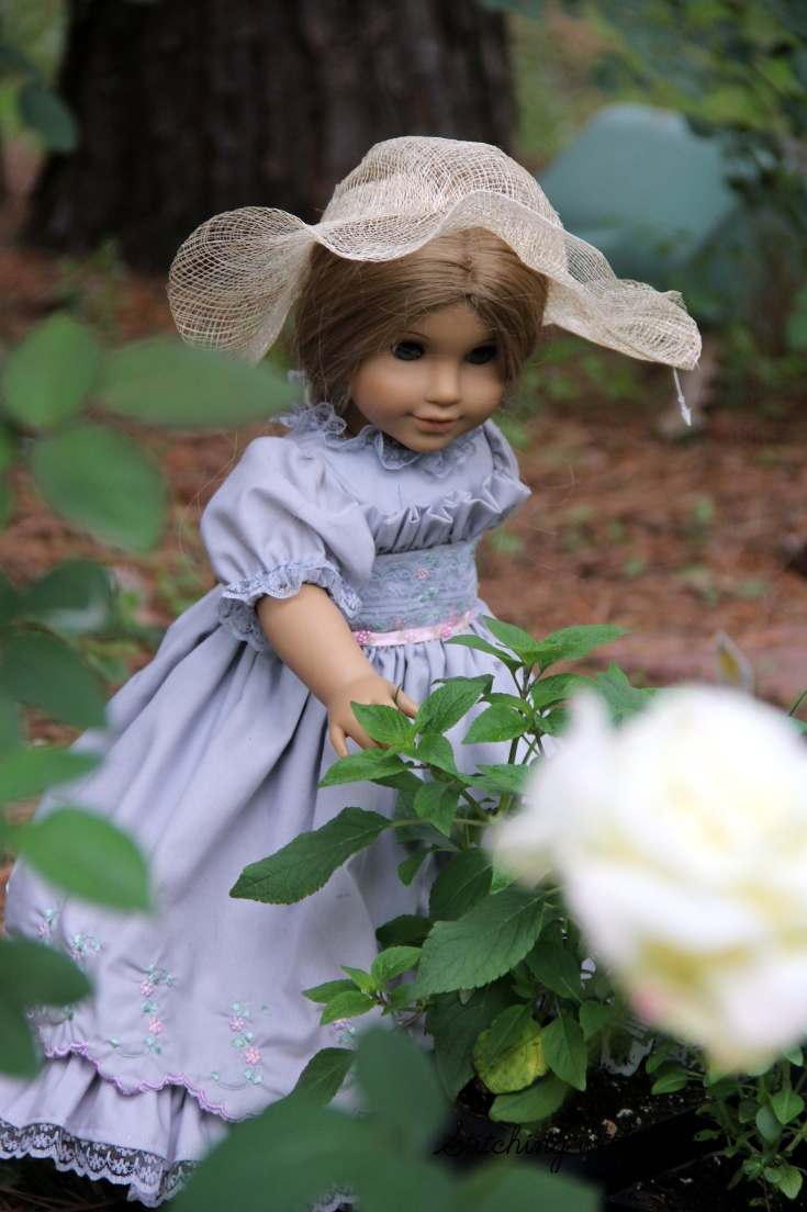 Stitchingwithelli.com -The dolls work in the garden